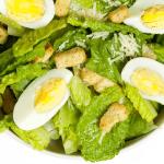 Sla met ei en croutons, een lekker en gezond tussendoortje