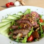 Salade met biefstuk, champignons & knoflook