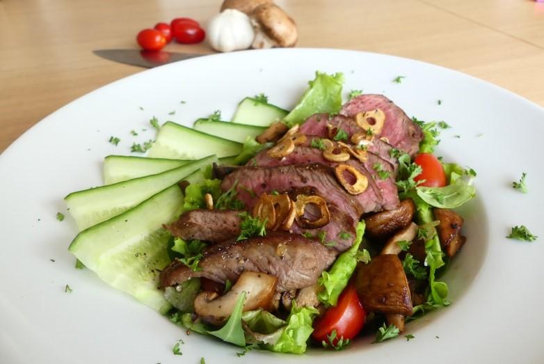 recept salade met biefstuk champignons voeding en. Black Bedroom Furniture Sets. Home Design Ideas