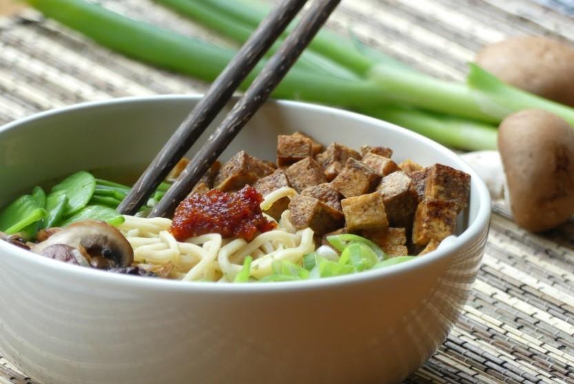 vegetarische noedelsoep met tofu