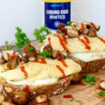 Volkoren brood met omelet, mozzarella en champignons